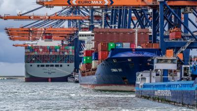Container ships dock at the Euromax Terminal in the Port of Rotterdam. Photo: Frans Berkelaar